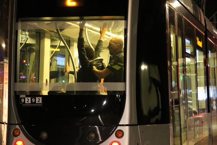 Een jongere werd gefouilleerd in een tram na steekpartijen.