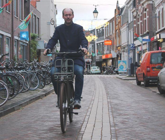 Wethouder Daan Quaars stelt fietsstraat Haagdijk in gebruik.