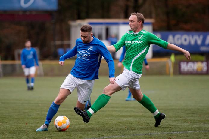 Maikel van der Wijk (l), hier in actie tijdens de competitiewedstrijd tegen Teuge van afgelopen zaterdag, verloor dinsdagavond in het bekertoernooi met AGOVV van eersteklasser DFS na een 4-1 voorsprong.