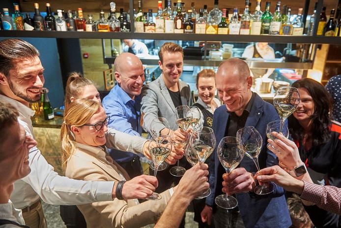 Vrijwel de complete ploeg van restaurant Oonivoo in Uden viert uitbundig dat het de Michelinster behoudt.