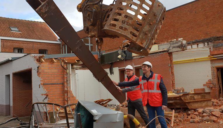 Ward Kennis en Erwin Loos, vroegere uitbater van het parochiecentrum, helpen met de afbraak.