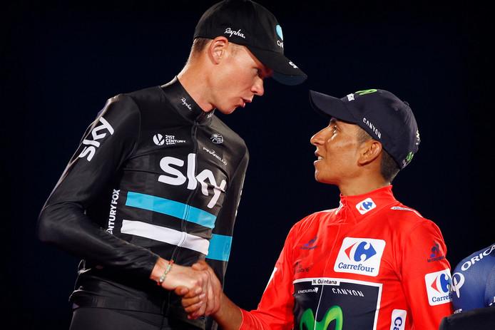 Chris Froome feliciteert Nairo Quintana met het winnen van de Vuelta 2016.