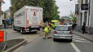 Bejaarde vrouw botst op laadklep van vrachtwagen