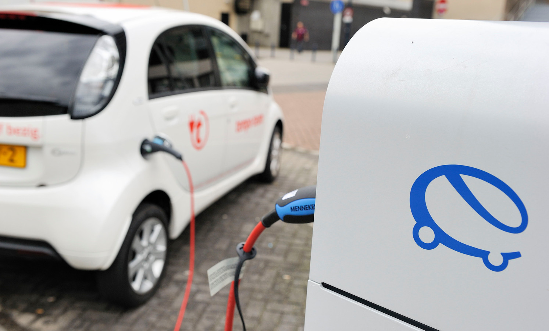 Een elektrische auto wordt opgeladen bij een oplaadpunt. Daar moeten er in Zwolle snel veel meer van komen, meent oppositiepartij PvdA.