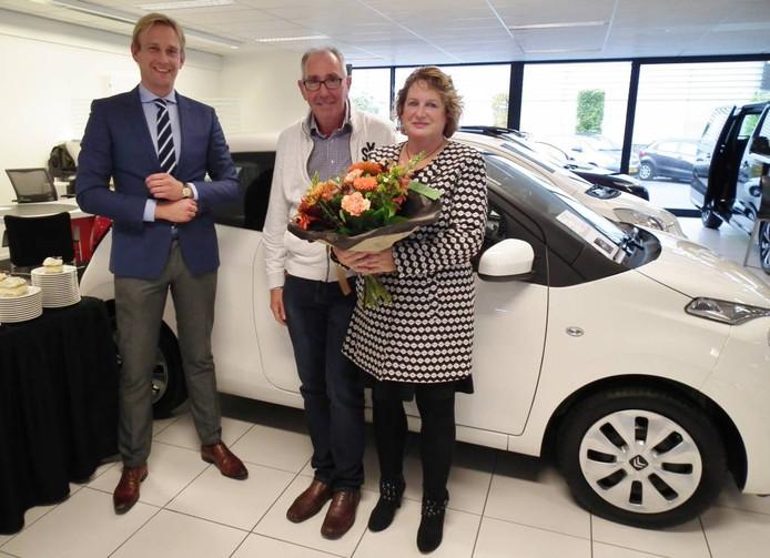Directeur Sip Dijkstra, jubilaris Axel Vondermassen en zijn vrouw tijdens de afscheidsreceptie.