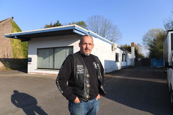 Dirk Ceulemans aan zijn loods waar hij regelmatig verzamelt met de leden van de motorclub Gringo's Dijleland.