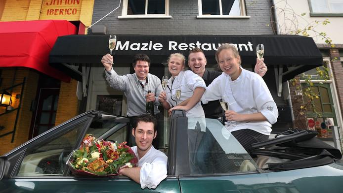De winnaars van de Gouden Pollepel 2014, de culinaire rubriek van AD Haagsche Courant, maken een ererondje voor ze weer aan het werk gaan.