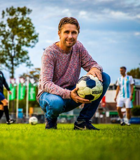 Voetbalvrienden redden Mark (40) na hartstilstand op de training: 'Ze dachten dat ik een penalty wilde'