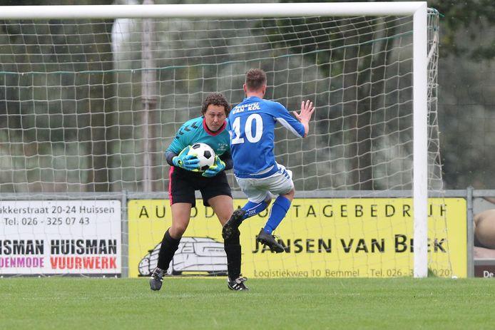 GVA-speler Erik Peters (10) komt later bij de bal dan de doelman.