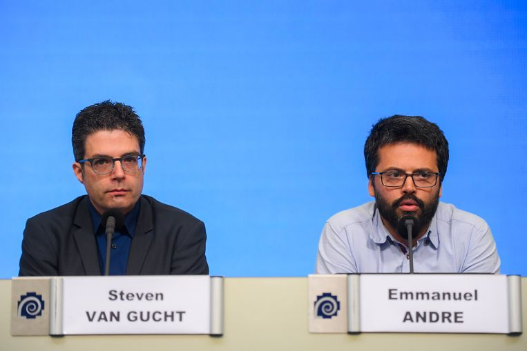 14 maart. Steven Van Gucht en Emmanuel André (UZ Leuven) op de tweede dag van de 'lockdown'.  Beeld BELGA