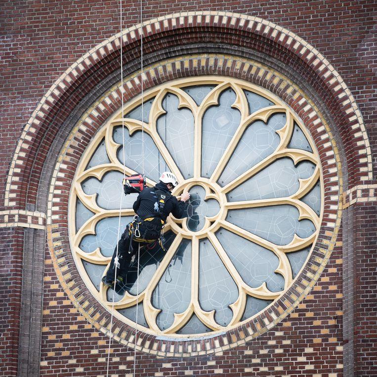 Aan het werk bij de Sint-Nicolaaskerk in Sint Nicolaasga. Beeld Simon Lenskens