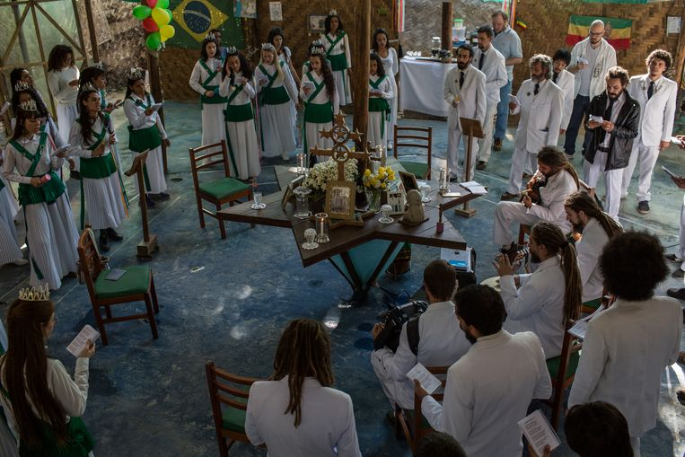 De ayahuascaceremonie vindt plaats rond een stervormige tafel. Die vorm komt van de rastafari's, voor wie de davidster een belangrijk symbool is.  Beeld FLAVIO FORNER