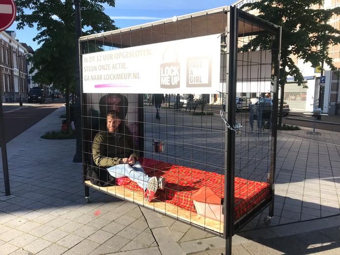 Stefan de Graaf laat zich twaalf uur opsluiten in een kooi bij het Bredase station, voor de actie tegen kinderprostitutie 'Lock me Up - Free a Girl'