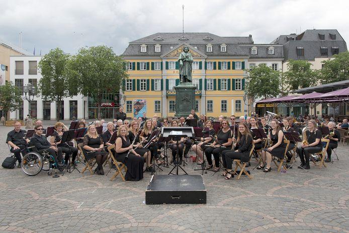 Optreden van Harmonie Kaatsheuvel op de Münsterplatz in Bonn tijdens de driedaagse concertreis van 14 t/m 16 juni.