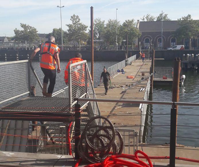 Komende maandag neemt de gemeente Middelburg een tijdelijke pontonbrug in gebruik. De brug vervangt de Stationsbrug die aan een grote opknapbeurt toe is.