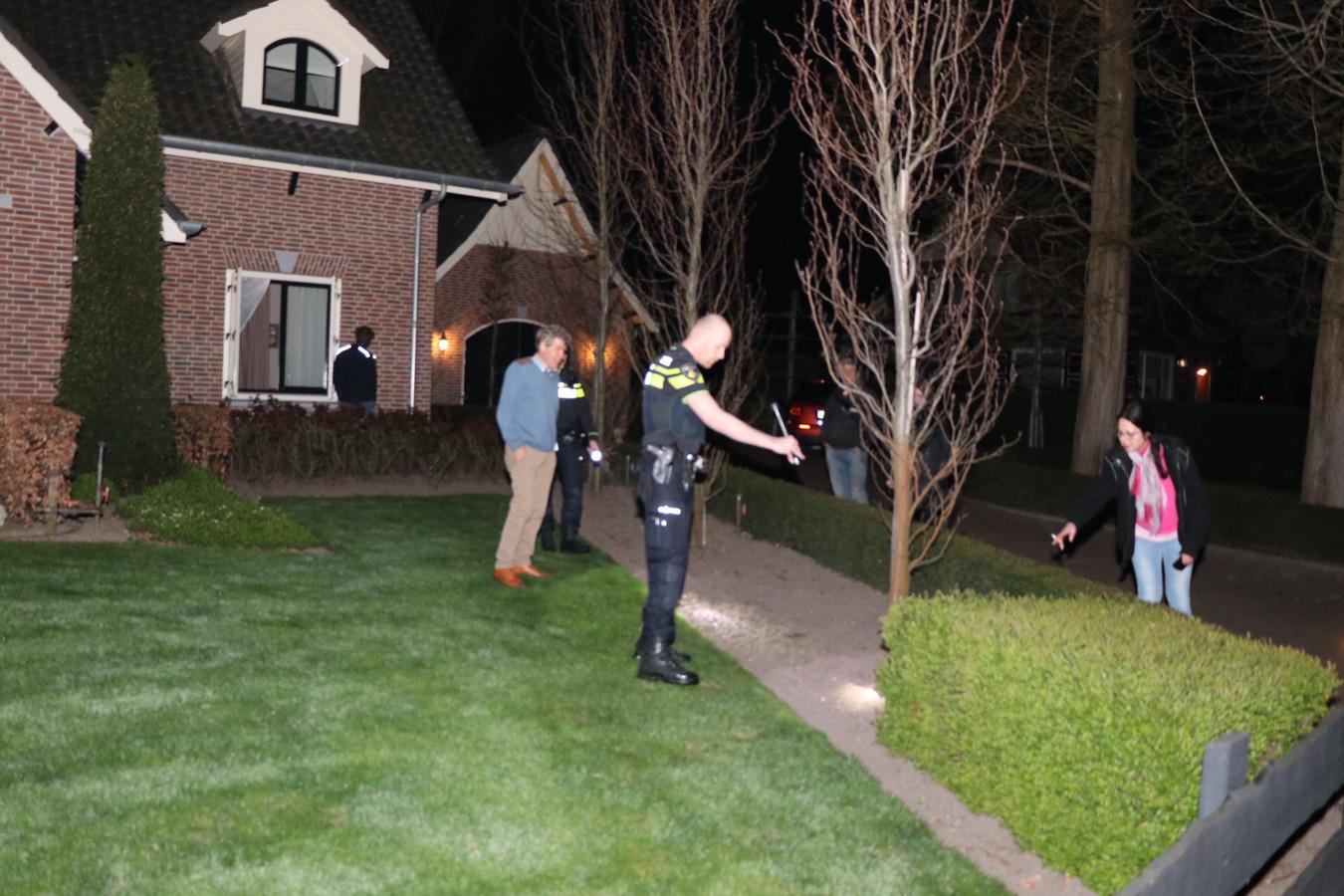 Politie en buurtbewoners zoeken naar sporen van de inbreker in Brakel.