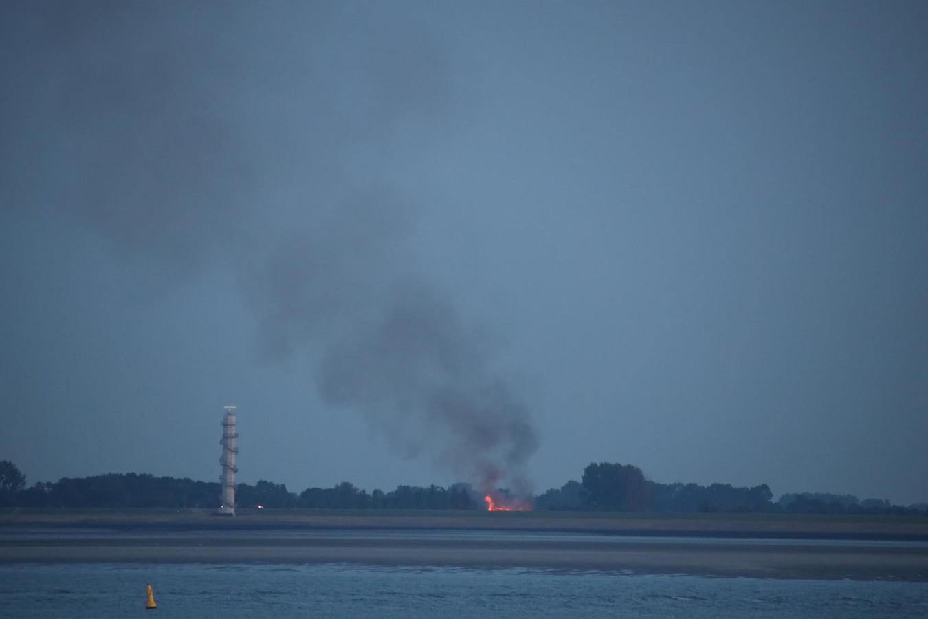 De brand is vanuit Hansweert te zien.