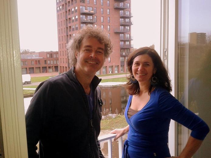 John en Elian, de verse bewoners, bij hun Frans balkon op de 2e verdieping in Tilburg.