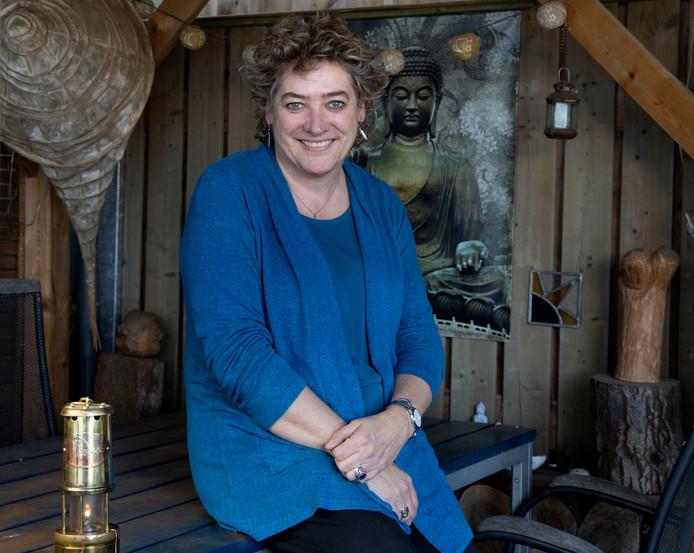 Carla van Olst met de vredesvlam in een mijnwerkerslamp.