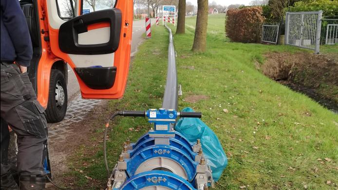 Beeld van de werkzaamheden aan de persleiding in Vriezenveen.