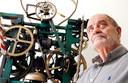 Piet Hohmann in 2011 bij hem bij een van de door hem gemaakte klokken.