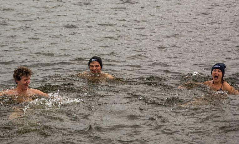 Ondanks de koude temperaturen sprongen een tiental mensen in het water.