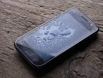 Natte smartphone? Op deze manier red je hem van de verdrinkingsdood