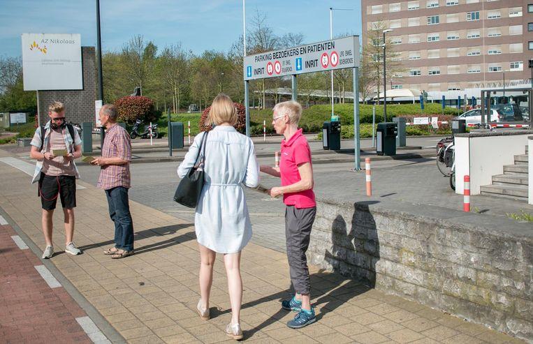 Gilbert Cant en Jenny De Laet van ABLLO informeren bezoekers aan de ingang van het ziekenhuis.