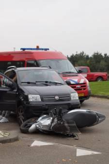 Scooter geschept door personenauto bij rotonde in Kaatsheuvel