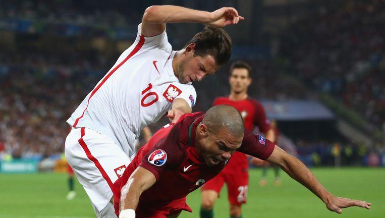 Kwartfinale EK, Polen Portugal: Pepe heerst in de lucht tegen Artur Jedrzejczyk Beeld Getty Images
