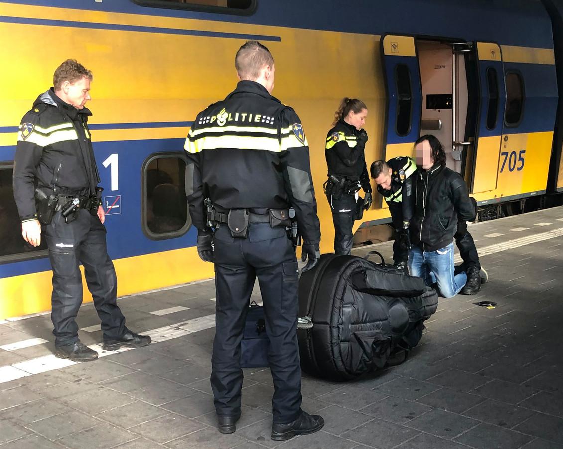 Arrestatie van Joël S. op het station van Eindhoven. Hij wordt verdacht van het doodsteken van Sarah Papenheim in een Rotterdams studentencomplex.