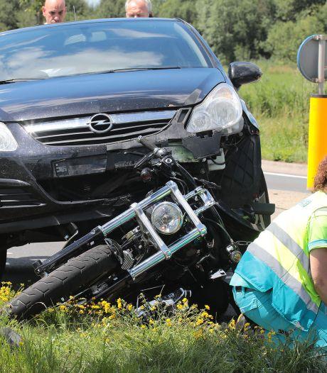 Auto botst achterop motor in Lithoijen, motorrijder gewond naar ziekenhuis