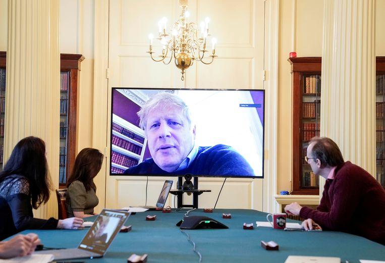 Boris Johnson leidt vanuit huis een videovergadering over de aanpak van de coronacrisis, 28 maart 2020. Beeld Reuters