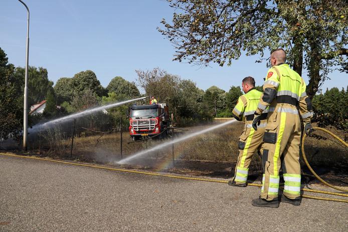 De brandweer heeft de brand onder controle en blust na.