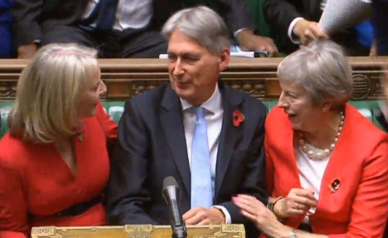Philip Hammond, de Britse minister van financiën, maakte zijn plannen bekend in het Lagerhuis in het bijzijn van premier Theresa May en zijn staatssecretaris Liz Truss. Beeld Hollandse Hoogte / PA Photos Ltd