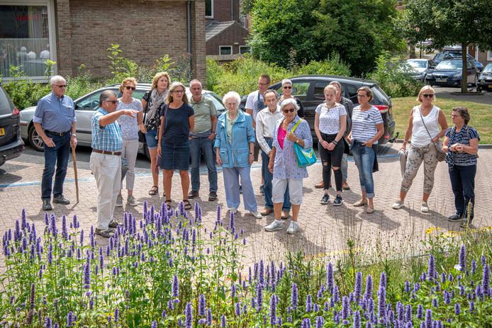 De eerste stadswandeling onder leiding van Guus Langeraert werd begin juli gehouden.
