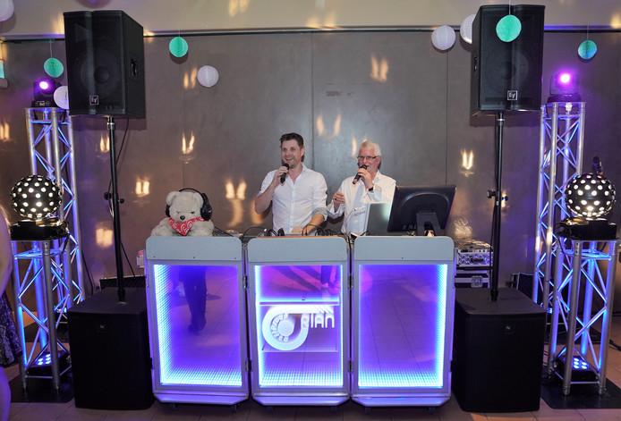 Vader en zoon Jan en Ronald Klijsen achter de draaitafels van Disco RIAN.