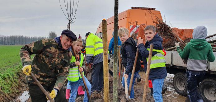 Aan de Dijkweg in Loenhout werden meer dan honderd bomen en zeshonderd struiken aangeplant.