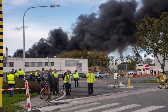 Evacuatie van het personeel tijdens de bedrijfsbrand bij Recticel Wetteren.