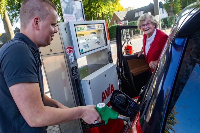 Wouter Postma van Avia 'De Keur' in Diepenveen tankt Euro95. Vanaf vrijdag heet die brandstof E5.