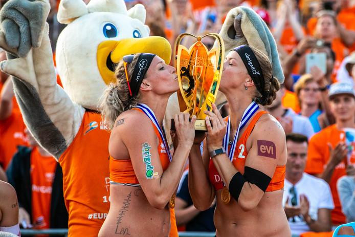 Beachvolleybalsters Sanne Keizer en Madelein Meppelink vieren op het podium hun Europese titel.