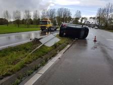 Auto slaat op de kop op afrit A73 bij Beuningen