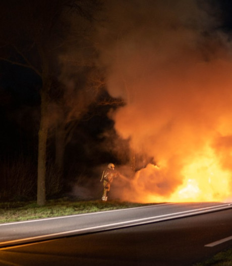 Auto brandt uit op N756 tussen Raalte en Wijhe, bestuurster ongedeerd