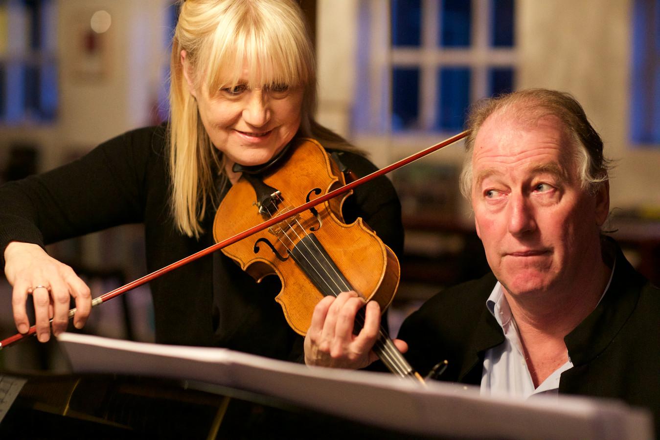 Dirigent Jac van Steen en violiste Annemieke Corstens.
