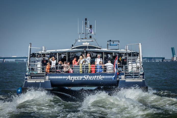 Een stampvolle waterbus vertrekt vanuit Willemstad richting Tiengemeten. f