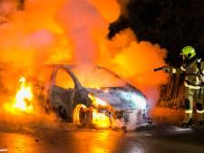 Auto zonder kentekenplaat uitgebrand bij station Arnhem-Zuid, mogelijk brandstichting