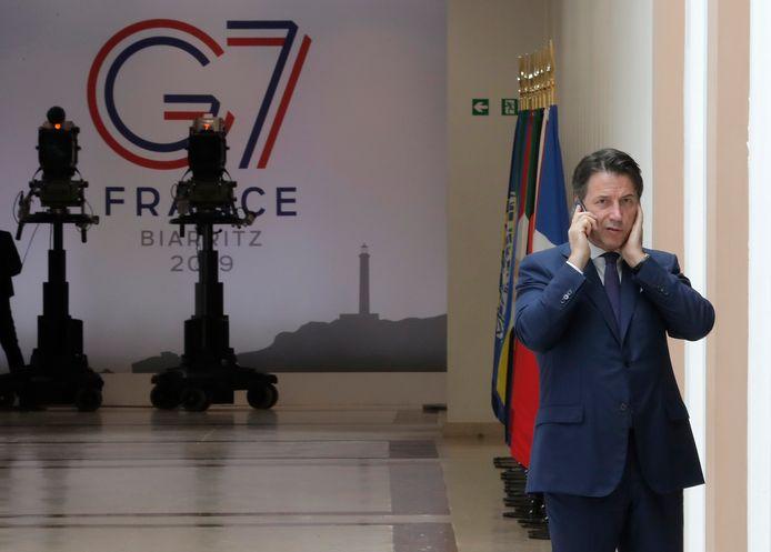 Drukke tijden voor ontslagnemend premier Giuseppe Conte. Op de G7 in Biarritz werd hij zondag al telefonerend gekiekt. Blijft hij aan als Italiaans regeringsleider?