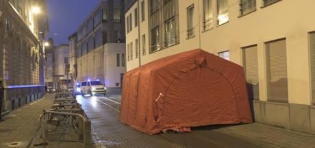 Politietent rond levenloos lichaam veroorzaakt verkeershinder in Lange Nieuwstraat