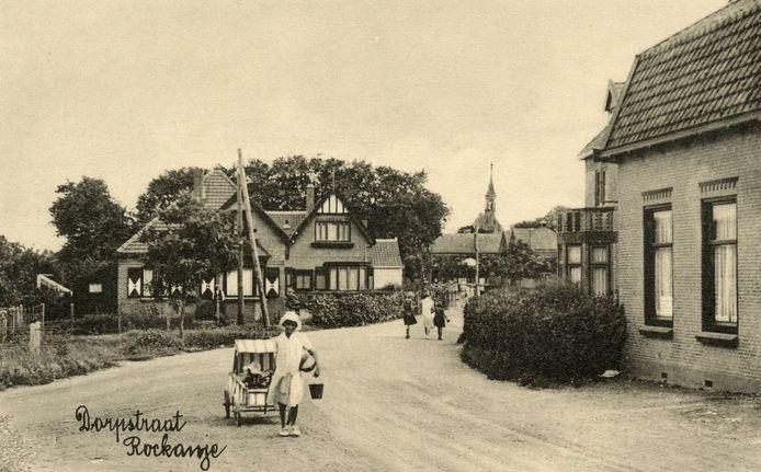 Kijkje in de Dorpsweg in Rockanje, circa 1932.