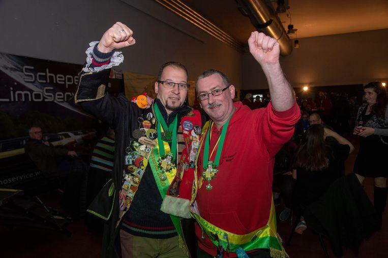 Mario (rechts) haalde het van Frans en is de nieuwe Prins Carnaval in Wetteren.